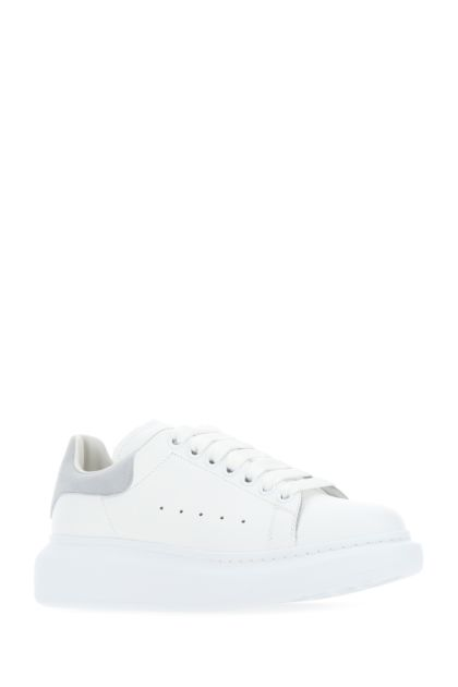 White leather sneakers with grey suede heel